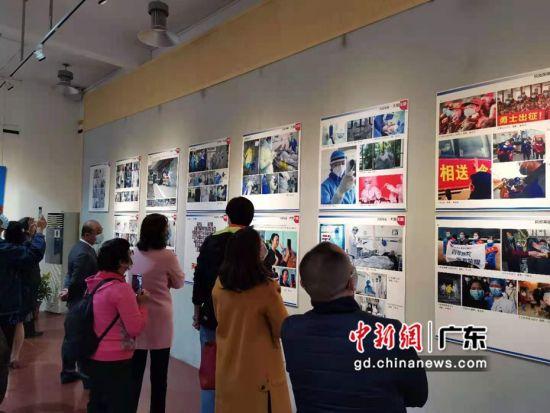 """""""大爱无疆――致敬抗疫英雄摄影展""""在广州举行。作者:郭军"""