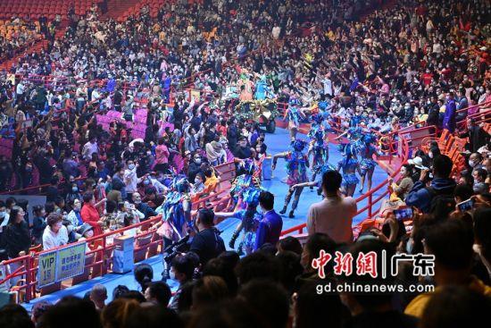 广州长隆国际大马戏28日晚举行20岁生日贺庆主题活动。陈骥�F摄影