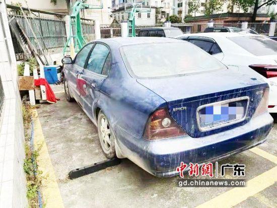 可疑蓝色小车。警方供图