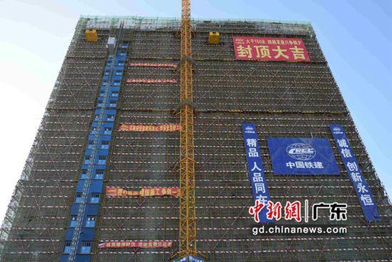 广佛环线北�蚣煨藁�地综合楼封顶。陈惠锴供图