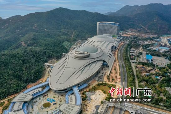 广东长隆集团30日在珠海横琴新区宣布,可容纳5万名游客的珠海长隆海洋科学乐园建成并将于年内开幕,珠海长隆海洋科学酒店即日起试营业。王华摄影