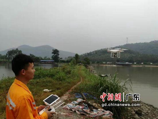 检查工区职工操纵无人机升空开始检查作业。作者:王培锋