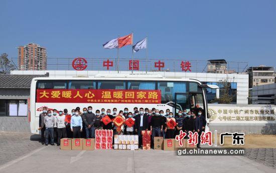 项目部领导送行统一返乡的民工兄弟。作者:江波