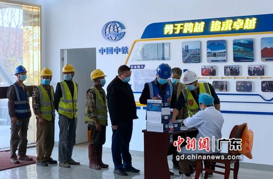 核酸检测机构到项目部为民工兄弟做核酸检测。作者:江波