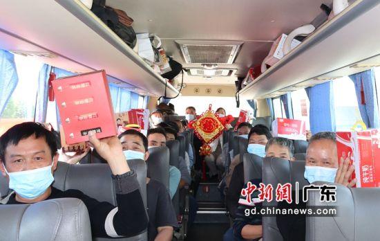 30名返乡农民工兄弟顺利登统一返乡的大巴。作者:江波