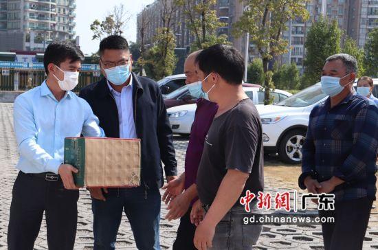 项目部领导为民工兄弟送上返乡的礼品。作者:江波
