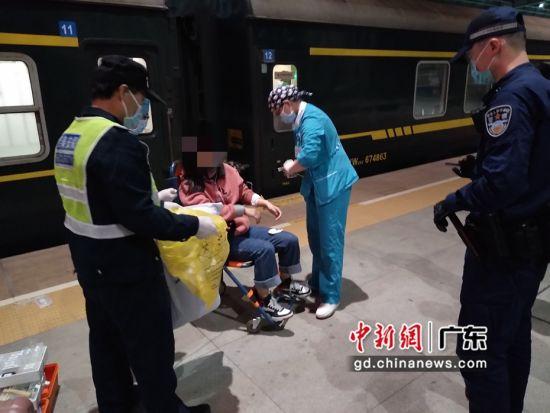 站车接力 深圳铁警成功救助突发疾病旅客。陆思宇摄影