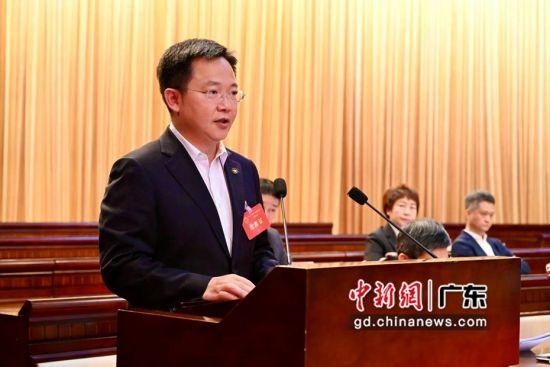 中山市侨联党组书记、主席刘志巍在做工作报告。董菁菁摄