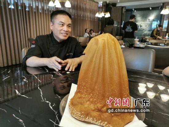 """中山市来龙点心美食餐厅大厨黄镇威先容""""来龙咸煎饼""""。程景伟 摄"""