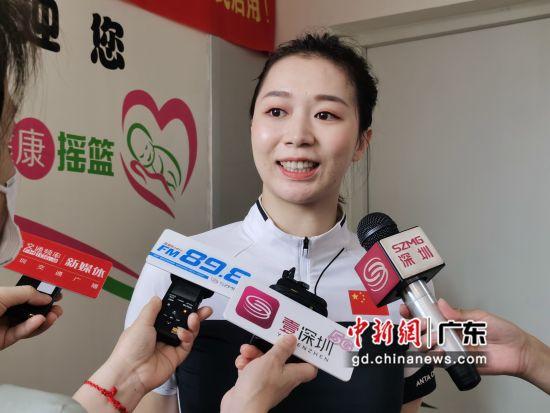杨伊琳受聘为中山大学附属第八医院健康形象大使。(摄影:郑小红)