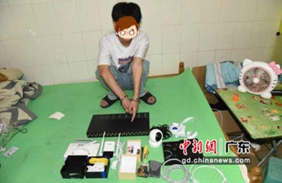 犯罪嫌疑人被捕指认犯罪工具。寮步分局供图。