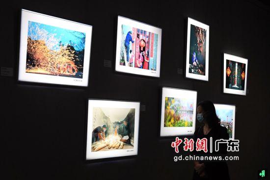 """图为""""2021全球华人新春手机摄影大赛""""优秀作品展现场。 陈楚红 摄"""