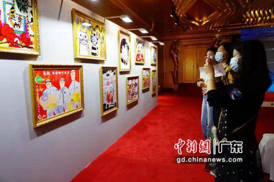 """市民观看《童心有""""画""""说》公益画展。通讯员 供图"""