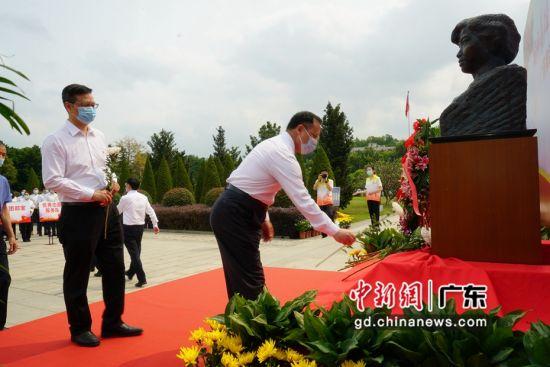 广药集团代表逐一上前向秀丽烈士塑像敬献鲜花 广药集团供图