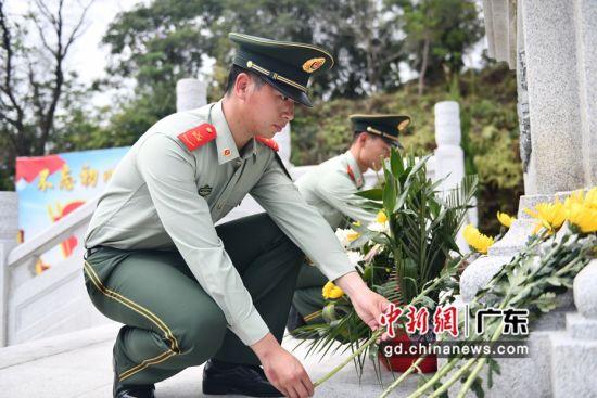 广东汕头海警局执法员井然有序地来到纪念碑前敬献鲜花。