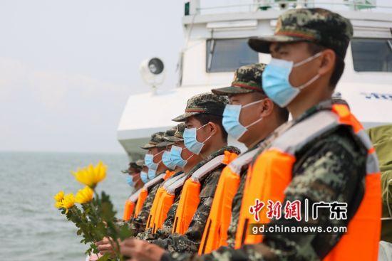 海警执法员手握鲜花向革命先烈致敬。