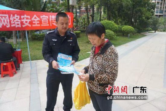 图为博罗网警走进华泓星岸城小区开展网络安全活动,讲解网络安全知识。