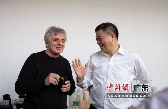 中国科学院院士、广东以色列理工学院校长龚新高和在校老师亲切交流。 作者 广以宣