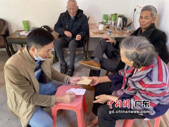 """图为惠州市惠城区""""两委""""干部走访慰问低保困难群众、老党员。 作者 惠城宣 供图"""