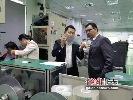 农行员工在东莞市榕桥鑫泰科技有限公司调研,了解企业需求。广东农行供图