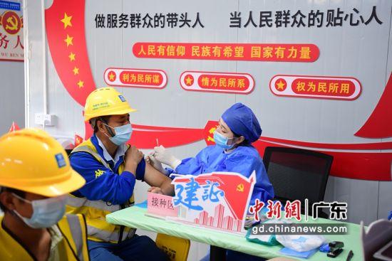"""汕尾市第二人民医院医护人员走进""""工友村"""",为建设者接种新冠疫苗。"""