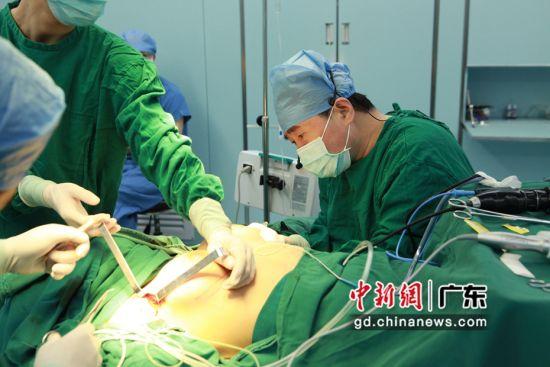 广州举办内窥镜联合超声刀隆乳术培训