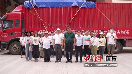 漾濞县副县长代洁文(前排左五)、广州辛选集团公益负责人辛库(前排左四)在物资接收现场。通讯员供图