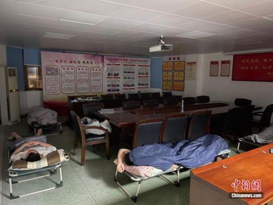 凌晨,幾名頂不住疲倦的刑警,短暫地在會議室內休息調整。方偉彬 攝