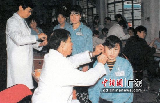 图为防疫人员下工厂采血样查疟疾。 作者 深圳市疾病预防控制中心 供图