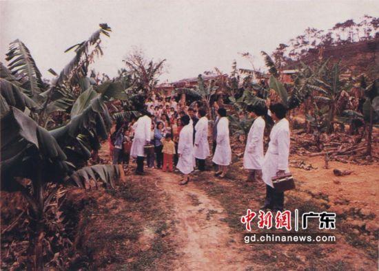 图为1986年,防疫人员送药进村。 作者 深圳市疾病预防控制中心 供图