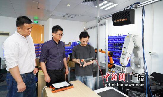 丁博士(中)与团队进行相关研发产品测试 作者 王晓婷 供图