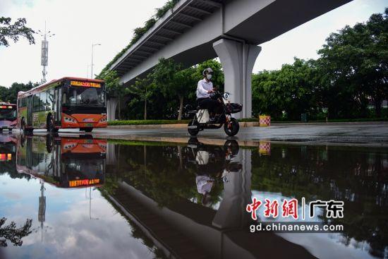 强降雨引起部分路面积水。 作者 文国辉(实习生)
