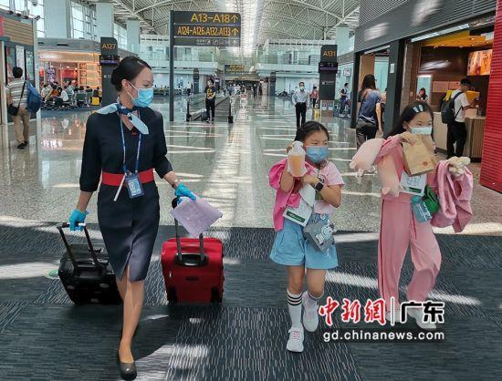 颜春雅在白云机场保障无人陪伴儿童前往登机。 作者 陶涛