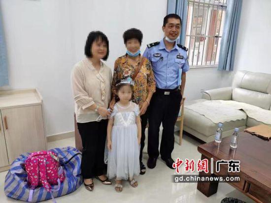 蒙万红(右1)陪王某到福利中心接宋小雅(中) 作者 郭金海