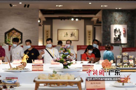 8月29日,菜品展示区吸引参观者。陈楚红 摄