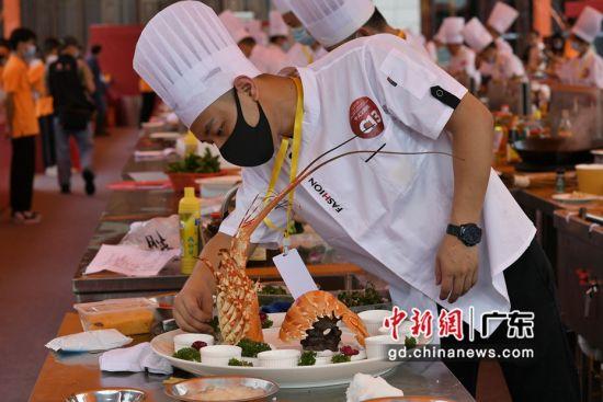 8月29日,中式烹调竞赛区厨师在制作参赛作品。陈楚红 摄
