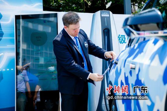 """8月30日,广汽埃安正式对外发布能够实现""""充电5分钟,续航200公里""""的超倍速电池技术。 作者 安安"""
