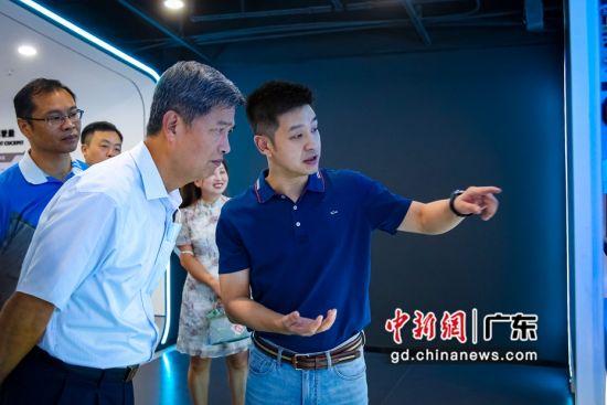 深圳市文化广电旅游体育局巡视员韩星元听取展览介绍。 作者 佳兆业 供图
