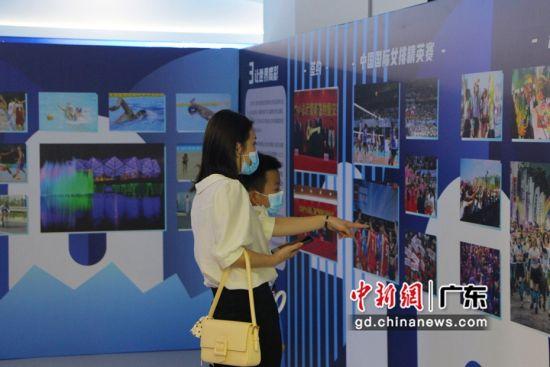 市民参观图片展。 作者 佳兆业 供图