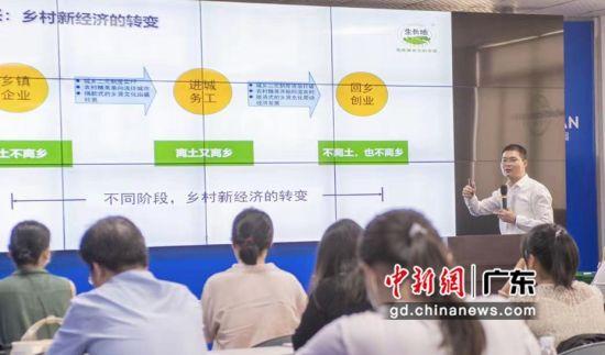 """导师在""""一村一品""""带头人提升培训课程上进行强化案例教学 作者 唐艺宁"""