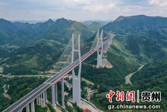 贵州省黔南州贵定县云雾镇境内的都(匀)安(顺)高速公路云雾大桥。 瞿宏伦 摄