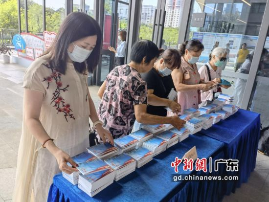 师生们正在观看免费派发的大湾区创新成果明信片。香港商报供图