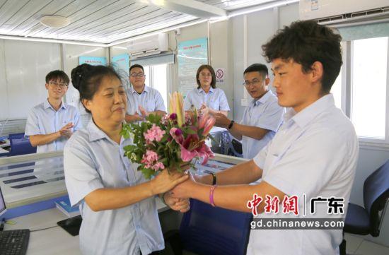 徒弟马进兵(右)给师傅张秀俩(左)献花