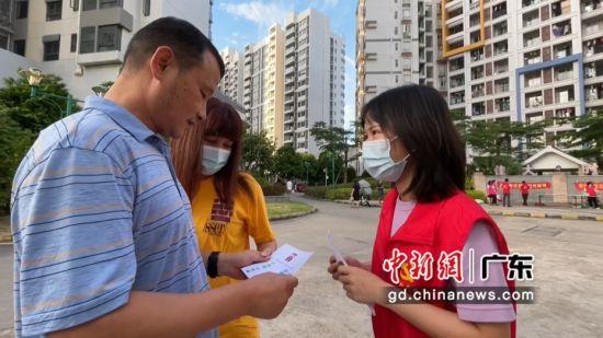 宁西街莲花社区工作者梁丽贤(右)。通讯员 供图