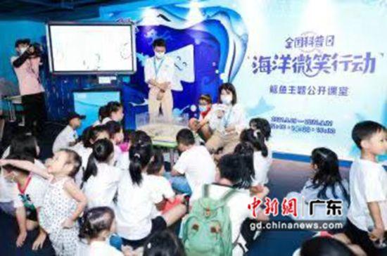 小朋友们在科普老师带领下逐一认识各种鳐鱼。 作者 邓泳怡