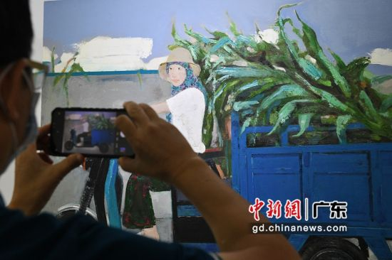 展览吸引参观者拍照。陈楚红 摄