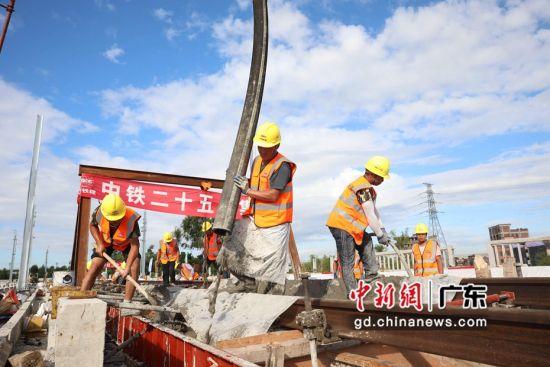 施工人员浇筑混凝土 作者 邓联旭