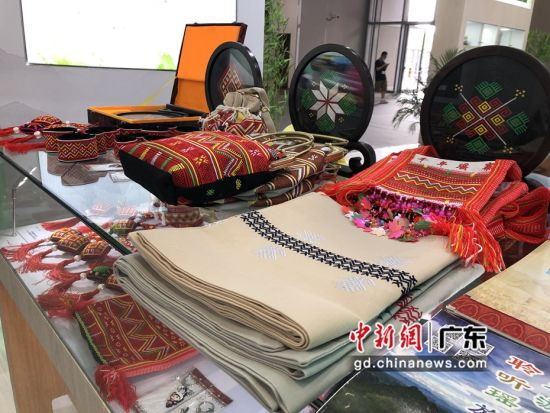 图为连南瑶绣手工产品。 作者 朱族英