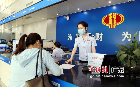 图为广东惠东县税务人员在办税厅指导财务人员办理涉税业务。 作者 惠东县委宣传部供图