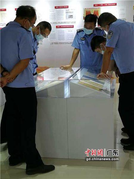 图为参观现场。 作者 惠州市档案馆供图